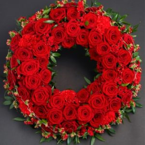 Венок европейский круглый из живых красных роз