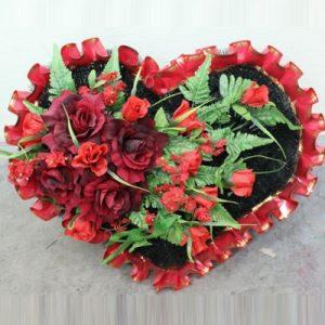 Сердце из искусственных цветов